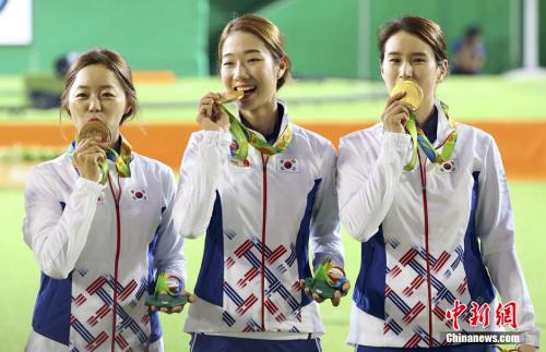 韩国女子射箭队夺金