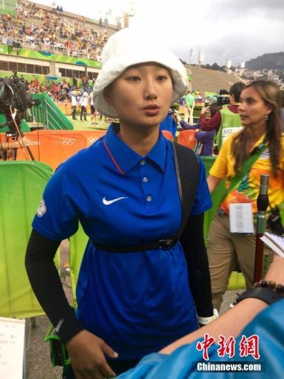 当地时间8月7日,里约奥运会女子射箭团体赛,中华台北代表团摘得一枚铜牌。图为中华台北队选手接受采访。中新网记者 王牧青 摄