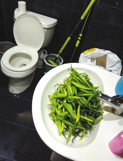 朝阳后现代城,雨花庭参鸡汤餐馆,蔬菜就在厕所洗手池清洗。