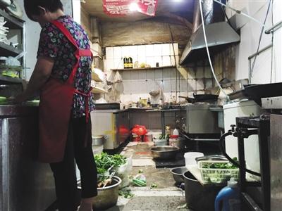 7月13日,海淀石佛寺村,河南烩面馆。脏乱的后厨内,员工正在切菜。