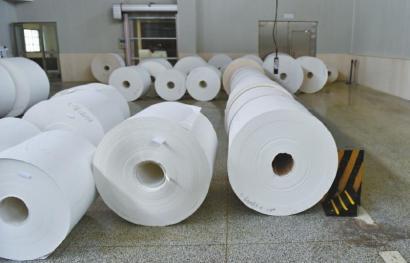 """看似""""白纸""""的印钞纸现已在造纸进程中加之了水印。"""