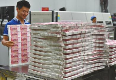 公民币检封工序,一张报纸巨细的钞票纸裁剪成35小张。
