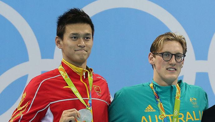 """澳大利亚游泳运动员霍顿在男子400米自由泳中险胜夺金后,称中国选手孙杨是服用禁药作弊的骗子。霍顿近日向澳媒自曝,他使用极具挑衅性的""""兴奋剂骗子""""来称呼对手,是蓄意干扰主要竞争对手孙杨的心理战。澳大利亚游泳协会主席伯特兰8日也证实,赛前就这一战术同霍顿进行过""""多次长谈""""。"""