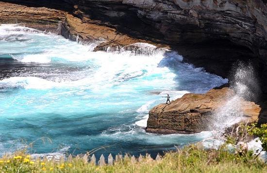 據悉,這一令人神經緊繃的時刻發生在悉尼東海岸。一名男子在巨浪翻滾的懸崖邊放下長長的魚線,迎著3米高的巨浪和每小時30千米的狂風,看著十分驚險!隨后他奮力逃離巖石,釣魚社,勉強逃過了波濤洶涌的海浪。