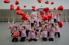在韩美林艺术馆学习了轻土和衍纸的手工制作;在梅兰芳纪念馆学习了画脸谱,孩子们也第一次走进电影院,观看了3D电影。这些课程,都是孩子们第一次参加,但每节课他们都热情投入,认真对待。在孩子们的心里,也将这颗艺术的种子悄悄种在了心里。这颗种子也定会在日后渐渐生根发芽。也希望通过这次夏令营活动能给予孩子们心灵上的慰藉,也希望社会中更多的人能关注到留守儿童,给予他们更多的帮助与关怀。