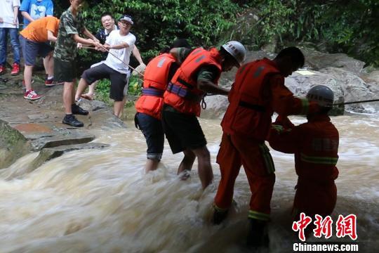8月7日下午,由于短时间强降雨,引发泉州市永春县呈祥乡东溪大峡谷景区山溪暴涨,15名游客被困山上。经当地消防等部门紧急救助,被困人员已全部被安全救出。 罗兵 摄