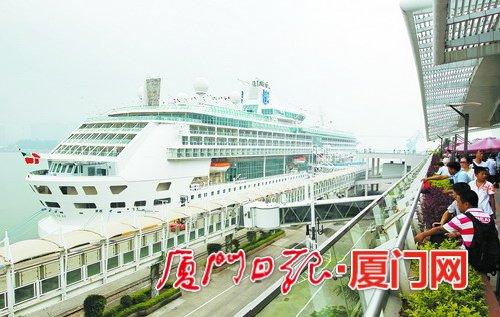 """7日,""""海洋神话""""号邮轮在厦门邮轮母港首航。记者王协云摄"""