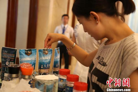 图为模特向观众展示茶卡新盐。 孙睿 摄