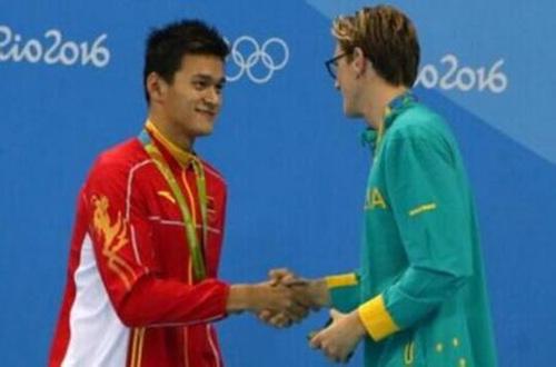 """在昨天的男子400米自由泳比赛中,孙杨惜败澳大利亚选手霍顿,后者在赛后采访时讽刺孙杨""""赢了吃药的骗子"""",此语一出泳坛一片哗然。今天有记者问到孙杨有什么话要对霍顿说时,孙杨否认认识这个游泳选手,并霸气宣言:""""我是泳池的王者,我已经进入新的世界(I am the king, I am the new world)""""。"""