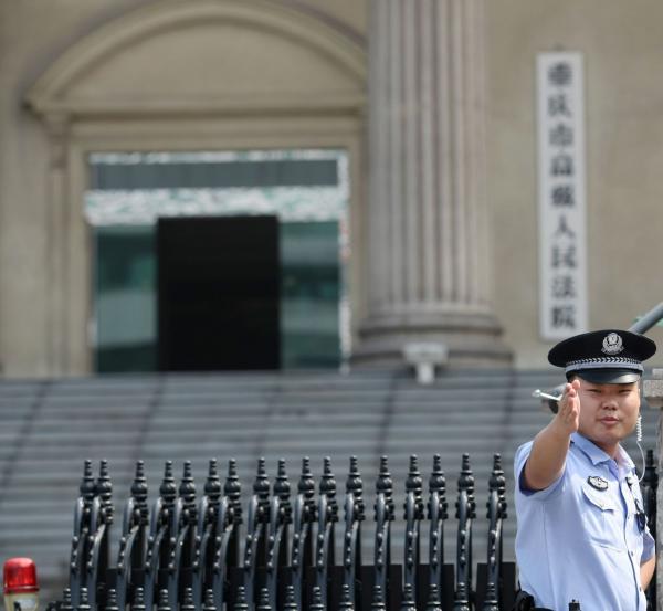 2013年9月17日上午11时许,原重庆北碚区区委书记雷政富涉嫌受贿案在重庆高级人民法院二审宣判。图为法警在法院门口执勤。 东方IC 资料图