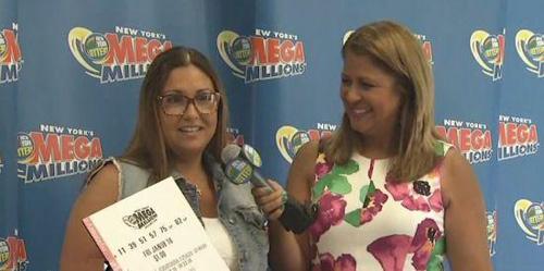 大奖得主Nancy(左)接受采访