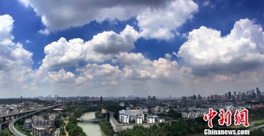 从二百多米的高空拍摄风起云涌的