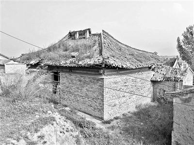 现在的玉泉寺仍然破败不胜,外墙已开端坍塌,屋顶的洞曾经破了4年