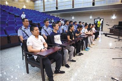 昨日,以王某为首出假期刊帮人发表论文9人团伙,涉嫌非法经营罪受审。通讯员 胡小静 摄