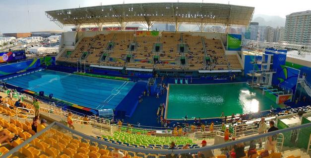 再来看全景图,两个游泳跳水两个赛场水的颜色行成鲜明对比