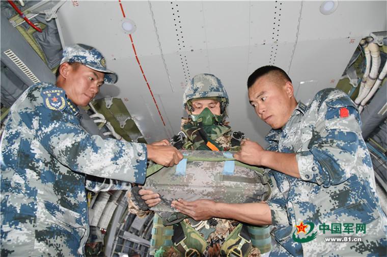 空降兵特种部队在西北高原跳伞(组图)图片