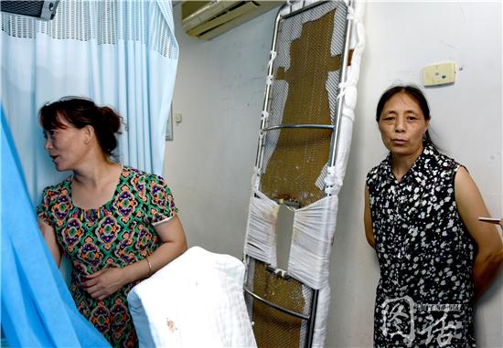 杨冬玲的母亲和姑姑守在病房。
