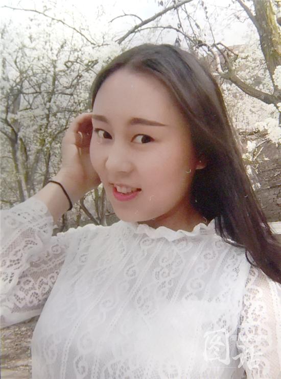 女老师杨冬玲被烧伤前的相片。