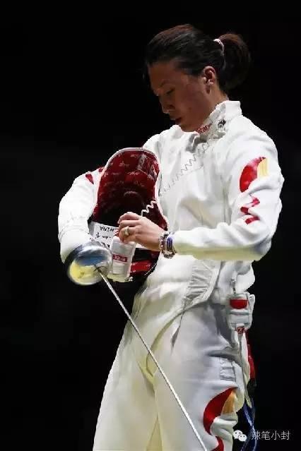 要知道,在奥运前的封闭训练中,她的大腿被拉伤,一直没有痊愈,但是依旧坚持上场比赛。