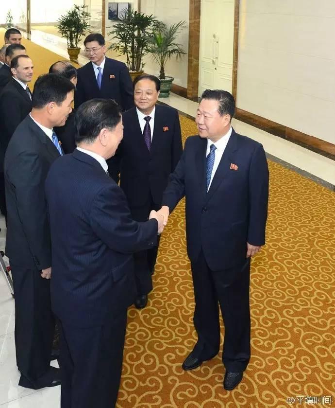 崔龙海如今是朝鲜的实权人物,除了国务委员会副委员长这个职务,他还担任朝鲜国家体育指导委员会委员长。而他早在1989年就开始在体育领域任要职,先后任朝鲜足球协会委员长、朝鲜青少年跆拳道协会委员长等职务。