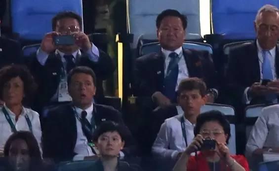 崔龙海出席里约奥运开幕式,右前拿相机的是中国国务院副总理刘延东。
