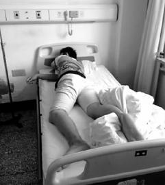 被做了手术的小王不能不躺在床上疗养