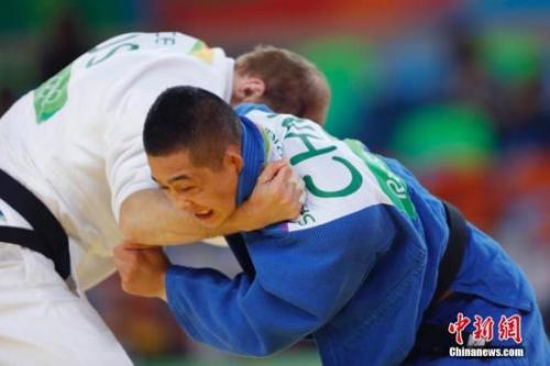 赛音吉日嘎拉(蓝)不敌俄罗斯名将亚尔采夫,在次轮被淘汰,中国无缘该项目的奖牌。 中新网记者 盛佳鹏 摄