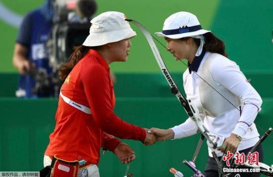 中国选手吴佳欣(左)与韩国选手奇甫倍(右)赛手握手。
