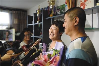丁宁父母亲接受媒体采访,高兴得合不拢嘴。