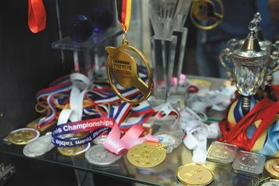 丁宁获得的各种奖牌摆在家里显眼的地方。