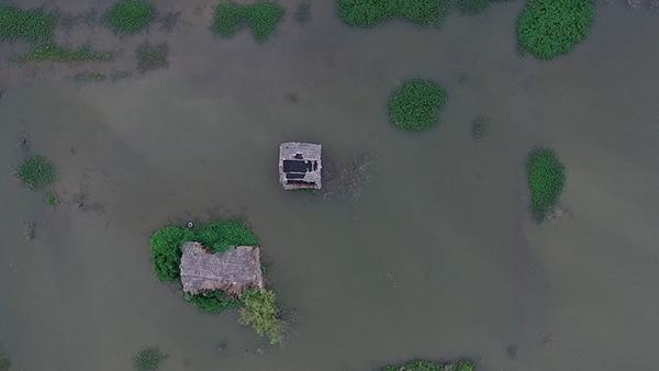 2016年7月7日,安徽淮南大李家庄,被水淹没的房子。澎湃美色诱惑 记者 吴越 图