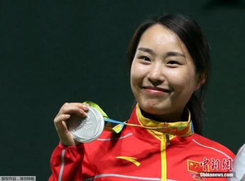 张彬彬展示女子步枪三姿比赛银牌。