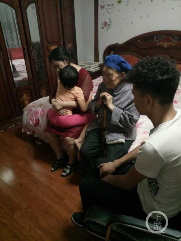 王亮兄妹,奶奶以及母亲在家里团聚。