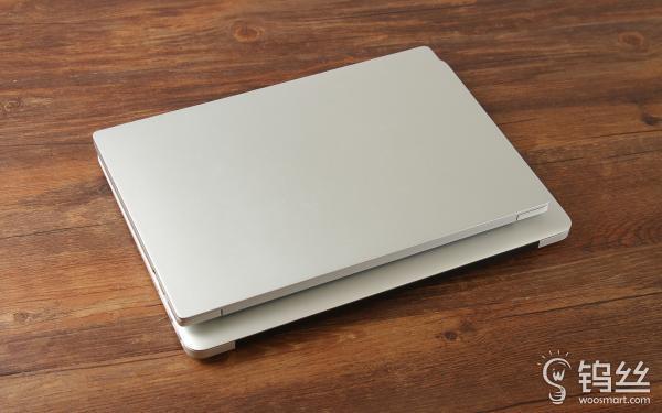 由于小米笔记本使用窄边框设计(左右边框