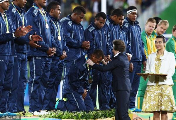 """斐济运动员""""跪谢"""""""