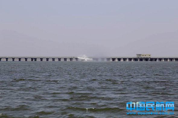 幸运通航水上飞机撞上沪杭公路7835号大桥的霎时。