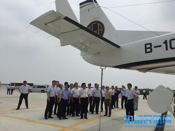 李丧命民航华东局指导伴随下在幸运通航研究。