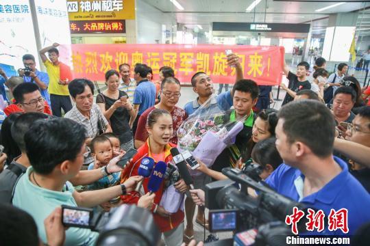 邓薇的父母在机场迎接其载誉归。 朱承博 摄