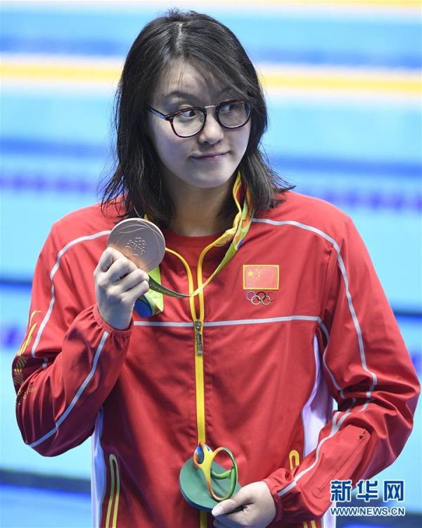 8月8日,傅园慧在颁奖仪式后展示奖牌。 当日,在2016年里约奥运会女子100米仰泳决赛中,傅园慧以58秒76的成绩获得并列季军。 新华社 图