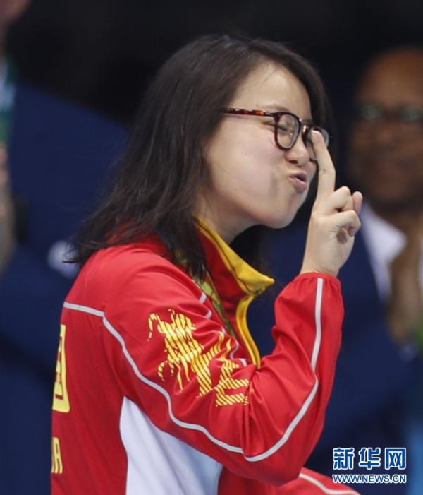 8月8日,傅园慧在颁奖仪式后。当日,在2016年里约奥运会女子100米仰泳决赛中,傅园慧以58秒76的成绩获得并列季军。 新华社 图