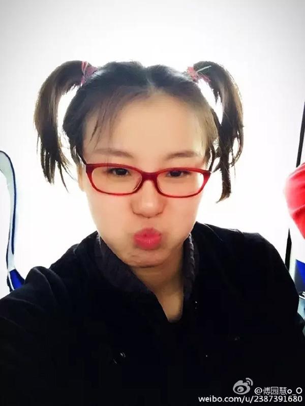傅园慧在微博里发的自拍照。
