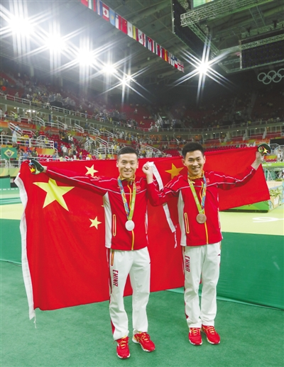 """据新华社里约热内卢8月13日体育电(记者 沈楠 王春燕)传奇""""菲鱼""""五届奥运会拿到23块金牌,这一惊人纪录估计很长时间都没人能摸到边。尽管当日中国无金,但中国小伙果然在直道上实现新突破,谢震业的""""抢戏""""让人眼前一亮。"""