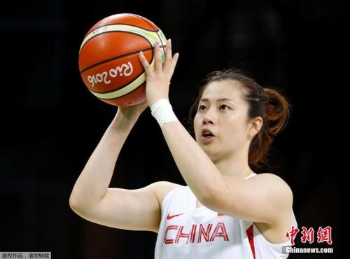 中国女篮队员陈晓佳投篮。