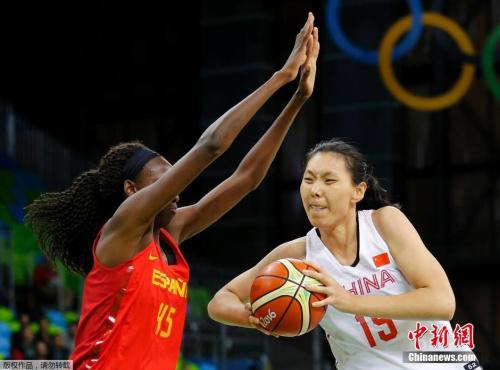 中国女篮队员陈楠(右)在比赛中。