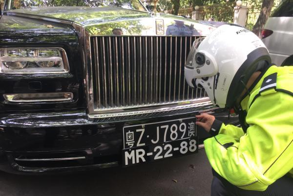 8月15日上午,上??髀?,交警查获怀疑车辆。磅礴新闻记者 张婧艳