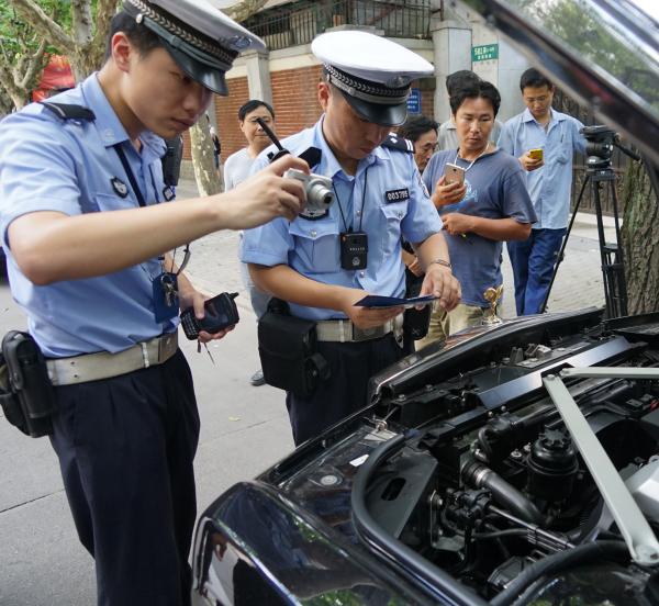 8月15日上午,上??髀?,交警对怀疑车辆停止取证。上海警方 供图