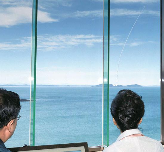 如果韩国积极部署足以攻击中国的导弹,可以想象对于东北亚局势会产生什么样恶劣的影响(图为朴槿惠视察韩军导弹试射)
