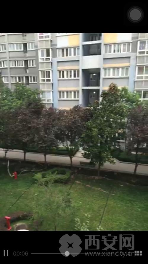 下午18时许,西安市南郊长安郭杜等地,气温骤降,狂风大作,雷声阵阵,或将迎来一场暴雨。西安网记者随时关注天气变化,为您带来最新最快的资讯。
