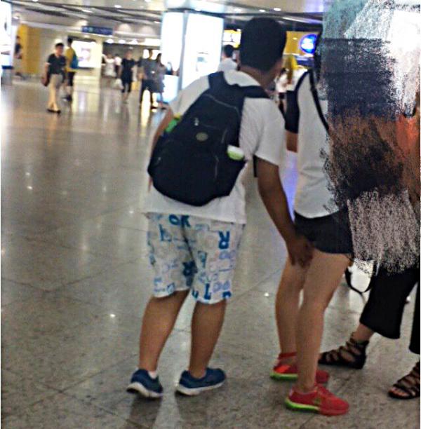 8月15日消息,8月11日,有网友爆料在南京地铁新街口大转盘附近看到一名十五岁左右的男孩,频繁猥亵过路女子。微博 图