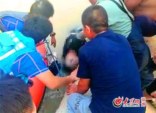 男子被打捞上岸。 淄博蓝天救援队 图